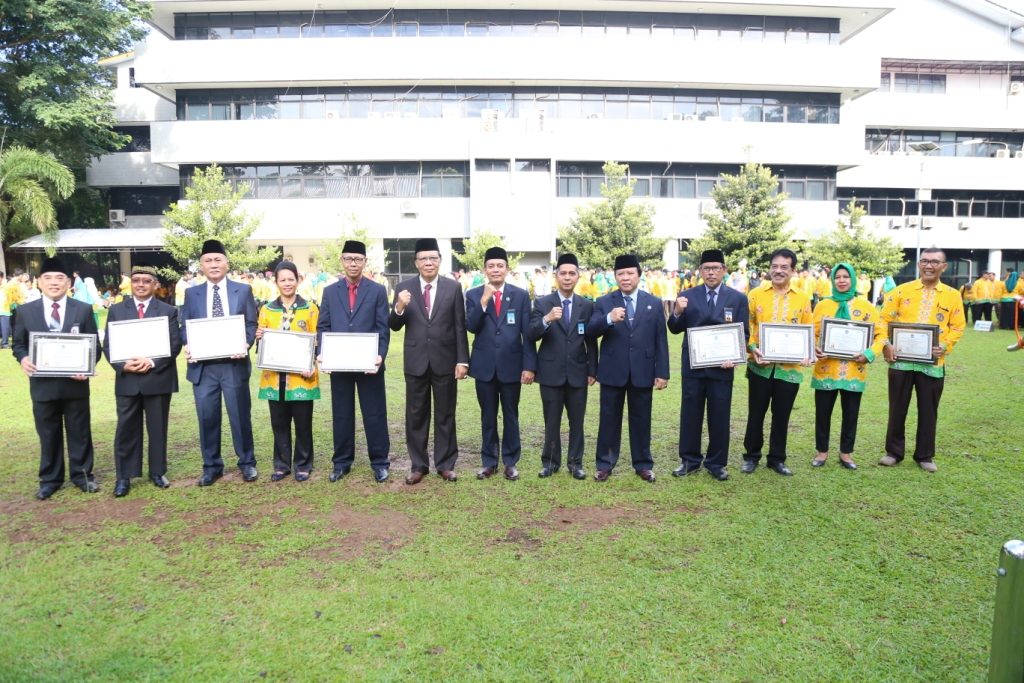 Rector Gave Employee Performance Award to Motivate All Units