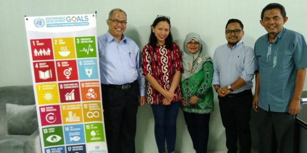 Research Fellow dari Universitas Cambridge UK (dr. Laurentya Olga, M.Phil, berbatik merah) bersama ketua SDG's Center (Unang Mulkhan, Ph.D) dan Tim Peneliti Unila (Samsu Udayana Nurdin, Ph.D., Dr. Yaktiworo Indriani, dan Prof. Dr. Sindung Haryanto). [sumber foto : SDGs Center Unila]