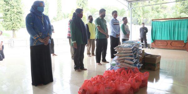 Penyerahan bantuan secara simbolis infaq masjid